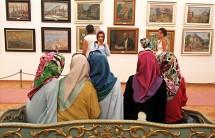Młode Turczynki zwiedzają muzeum sztuki