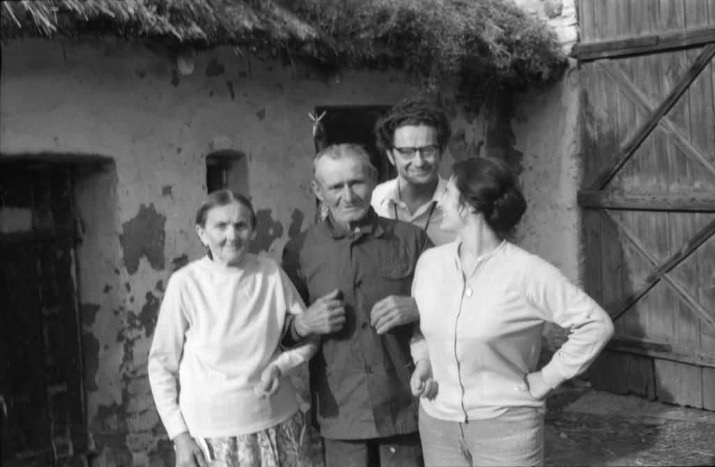 B. i L. Nawroccy z J. Lamęckim i jego żoną, Dąbrowa Zielona, 1971