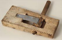 Kołatka - instrument, drewno niepolichromowane, wym. 23,5x11,5x 3,5 cm, MET/67208