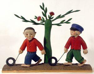 Chłopaki jeżdżą fajerkami, Stanisław Korpa, 1975 r., drewno polichromowane, wys. 50 cm, fot. M. Kosicki