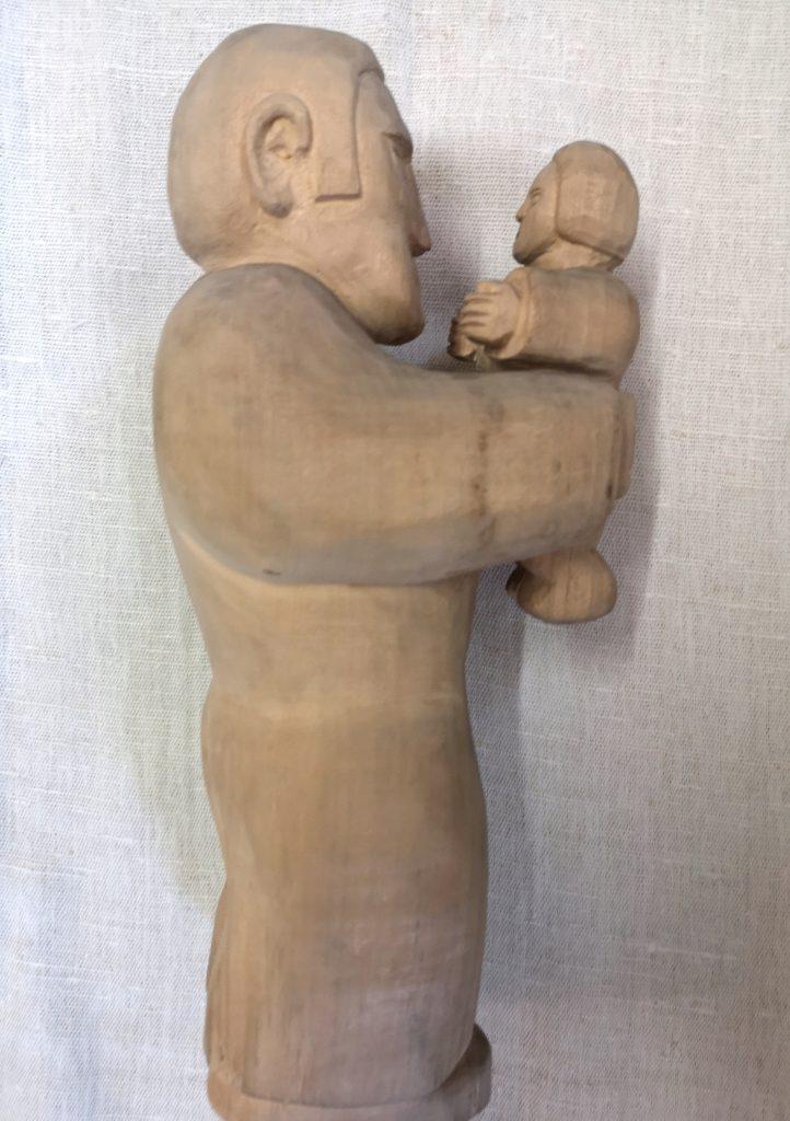 """""""Ojciec z synem"""", Edward Bojba, 1976, drewno niepolichromowane, 30x9 cm"""