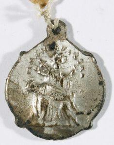 Medaliki z wizerunkiem Matki Boskiej Chełmińskiej i Bramy Grubińskiej, XIX/XX w., znal. Chełmża, fot. Marian Kosicki