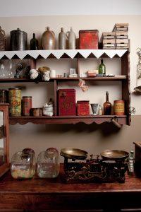 Zdjęcie fragmentu muzealnej ekspozycji przedstawiającej sklepik