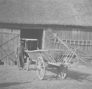 Czarno-białe zdjęcie przedstawiające wóz z drabinami i półkoszkiem